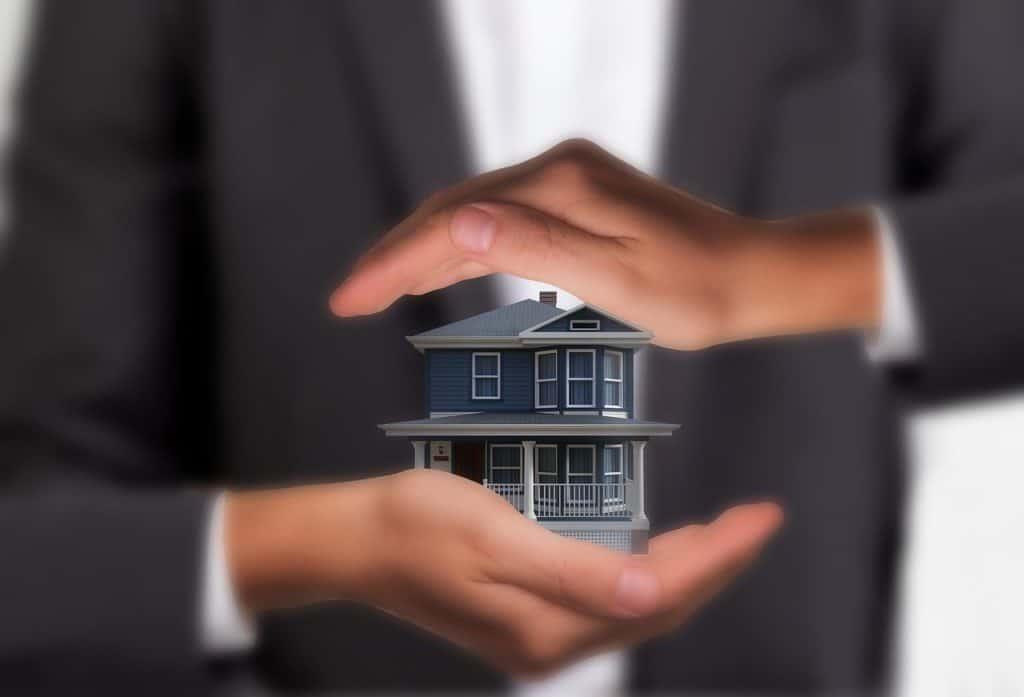 איש מחזיק בית